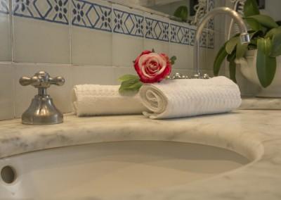 Particolare del lavabo in marmo